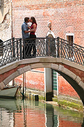 Love Tips - couple in love kissing on bridge venice